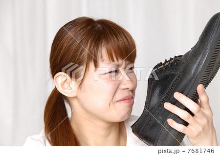 靴の臭いを嗅ぐ女性 7681746