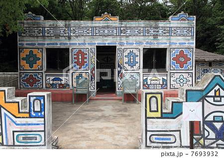 南アフリカ・ンデベレ族の家 7693932