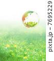 地球エコイメージ 草原に浮かぶ新緑を映す地球 7695229