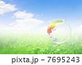 地球エコイメージ 草原の虹色の地球 7695243