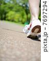 走る女性 7697294