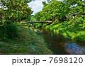 懐かしい風景・古い橋の見える涼やかな清流・横位置 7698120