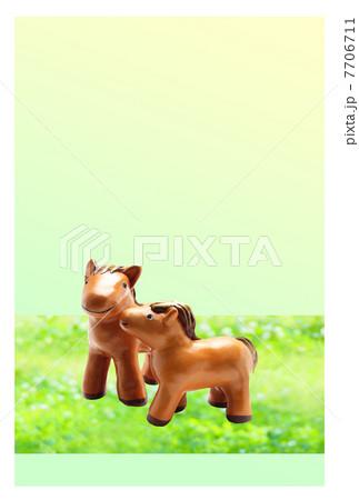 草原の馬(午年)の親子の正月|年賀状素材 縦 7706711