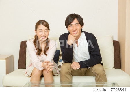 テレビを見るカップル 7708341