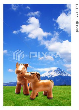 馬年 年賀状|仔馬の親子 富士山と草原 2014年 フチあり背景 縦 7710161