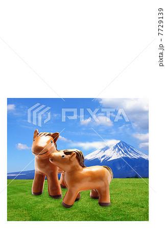富士山の年賀状 空と草原と放牧の馬の親子|午年 縦 7729139