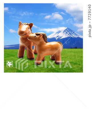 富士山の午年年賀状 青空と空と草原と放牧の馬の親子 7729140
