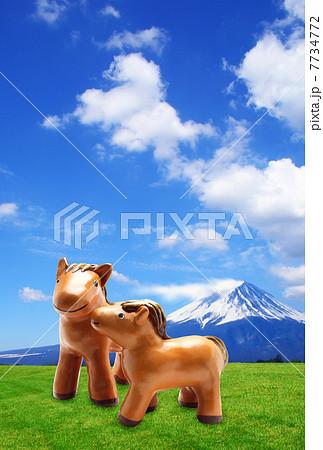 年賀状 背景写真画像素材 午年 2014年|富士山と草原の馬 7734772