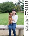 ミニチュアダックスフンド 犬 女性の写真 7748185