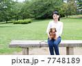 ミニチュアダックスフンド 犬 女性の写真 7748189