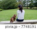 ミニチュアダックスフンド 犬 女性の写真 7748191