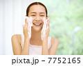 洗う 洗顔 女性の写真 7752165