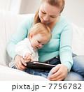 親子 タブレット 家庭の写真 7756782