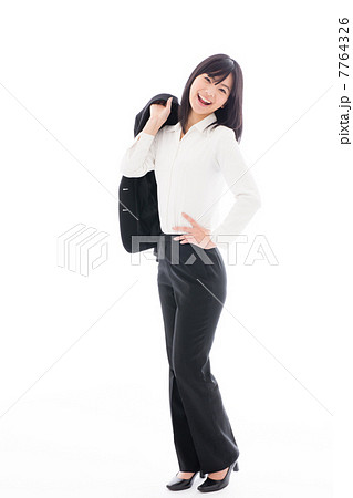 スーツを脱ぐビジネスウーマン 7764326