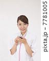 スマホを見る若い看護師 7781005