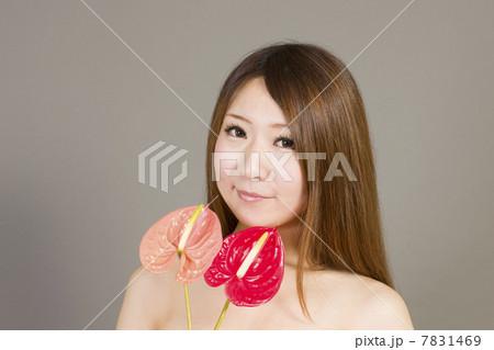 花と若い女性 7831469