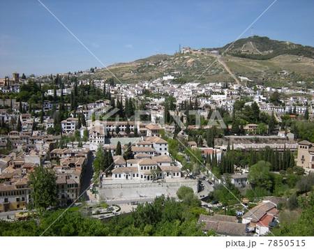 アルハンブラ宮殿から見たグラナダのアルバイシン地区の白い街並み 7850515