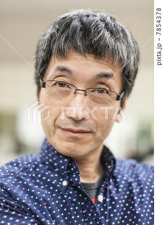 眼鏡をかけたロマンスグレーの男性  7854378