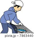 網を引いて魚を水揚げする漁師 7863440
