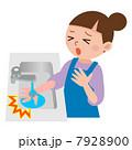 火傷の応急処置をする女性 7928900