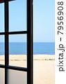 窓越しの海 7956908