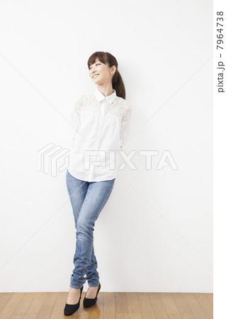 ジーンズと白いシャツの女性の写...