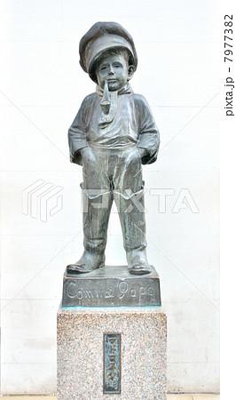 横浜駅西口にあるマドロス少年の像【白バック】(神奈川県横浜市) 7977382