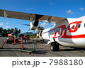 空港に駐機する飛行機とリゾート風景 7988180