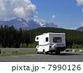 山岳リゾートでキャンピングカー カナダのロッキー山脈でアウトドア 7990126