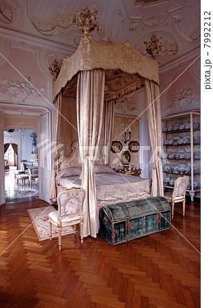 豪邸の寝室 7992212