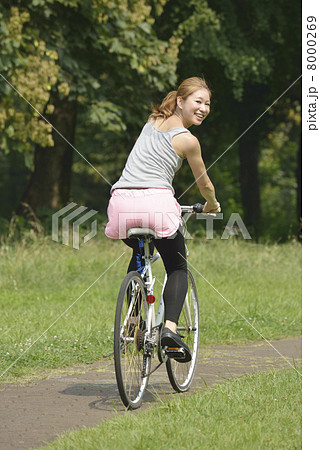 自転車に乗る若い女性の写真素材 [8000269] - PIXTA