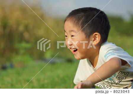 坊主頭の子供の笑顔 8023043