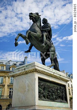 ヴィクトワール広場のルイ14世騎...