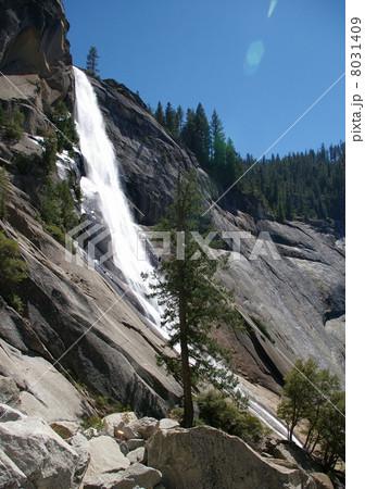ヨセミテ国立公園のネバダ滝 8031409