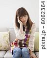 ソファに座るエプロン姿の女性 8062364