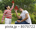 息子 紙飛行機 男子の写真 8070722