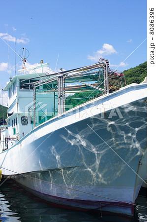 停泊するカツオ船 8086396