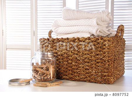 Laundry basket with linens on tableの写真素材 [8097752] - PIXTA