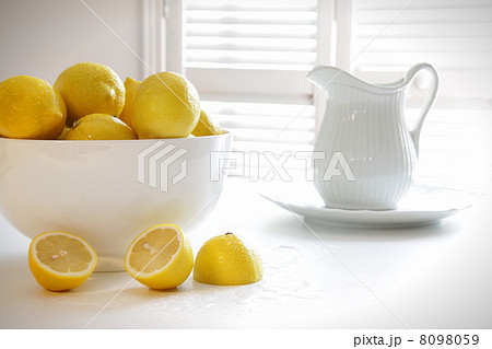 Lemons in large bowl on tableの写真素材 [8098059] - PIXTA
