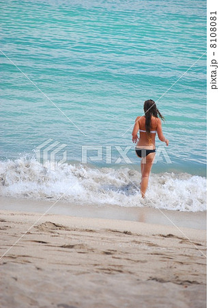 海 女性 水着 白人 若い ビキニ ロングヘア 後ろ姿 楽しい 魅力的 美しい 日焼け リラクゼーション 波打ち際 波 海岸 砂浜 海水 真夏 自然 風景 屋外 日本 水 アジア 東洋 沖縄 南国 海 8108081
