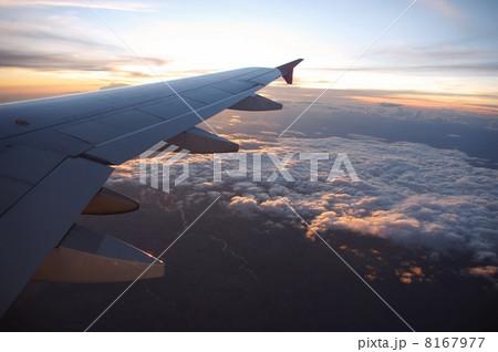 飛行機から見下ろす雲海 8167977