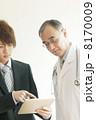 MRと打合せをする医者 8170009