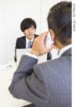 向かい合うビジネスマン 8276828