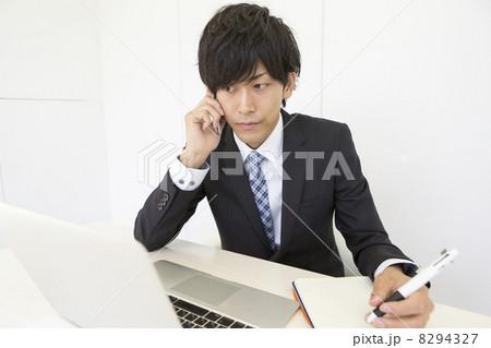 働くビジネスマン 8294327