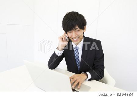 働くビジネスマン 8294334