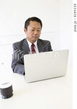 働くビジネスマン 8294339