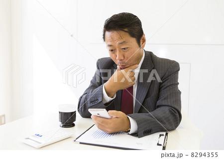 働くビジネスマン 8294355