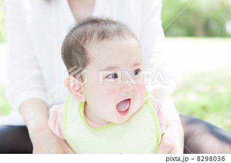 生後7ヶ月の女の子の赤ちゃん 8298036