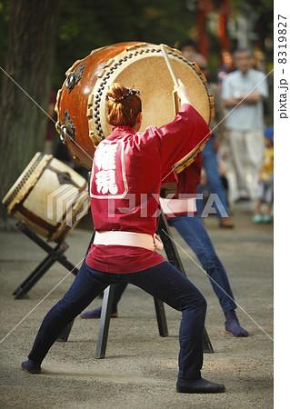 和太鼓を叩く女性 8319827