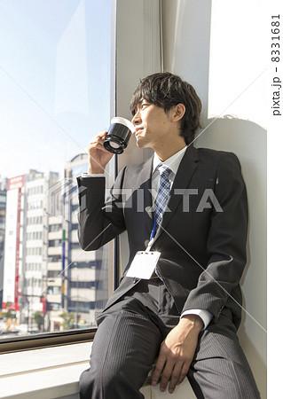 働くビジネスマン 8331681